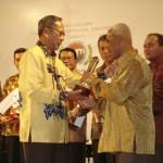 Walikota banjar menerima penghargaan Regional trade,tourisem & invesment ( RTTI ) Award 2008