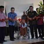 Pengguntingan pita disaksikan wakil keluarga Djoehana